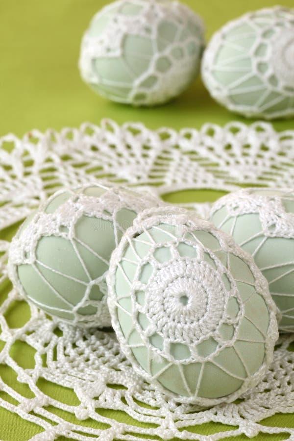 Ovos de Easter brancos do crochet imagens de stock
