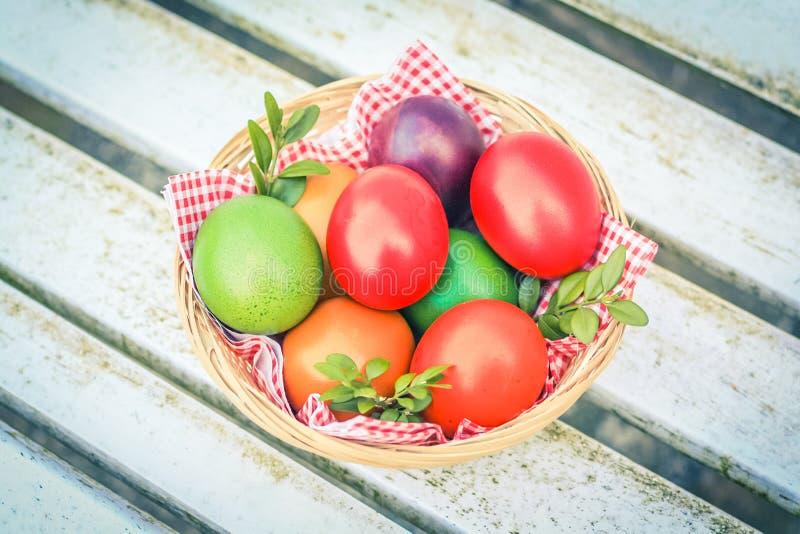 Ovos de Easter coloridos em uma cesta imagem de stock royalty free