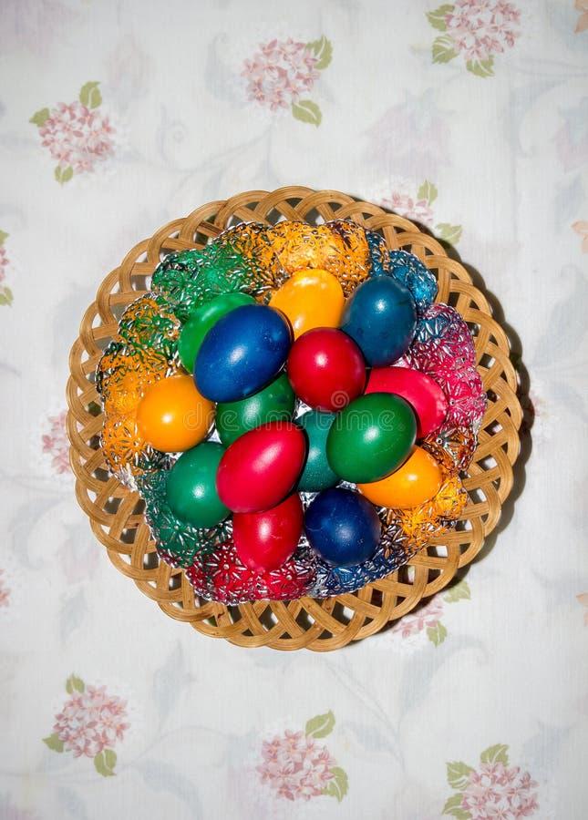 Ovos de easter coloridos na cesta Páscoa feliz, religiou cristão foto de stock royalty free