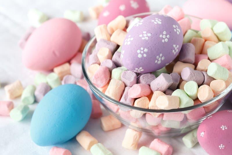 Ovos de Easter com doces imagem de stock