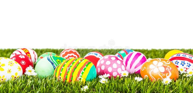 Ovos de Easter com a flor na grama verde fresca fotos de stock