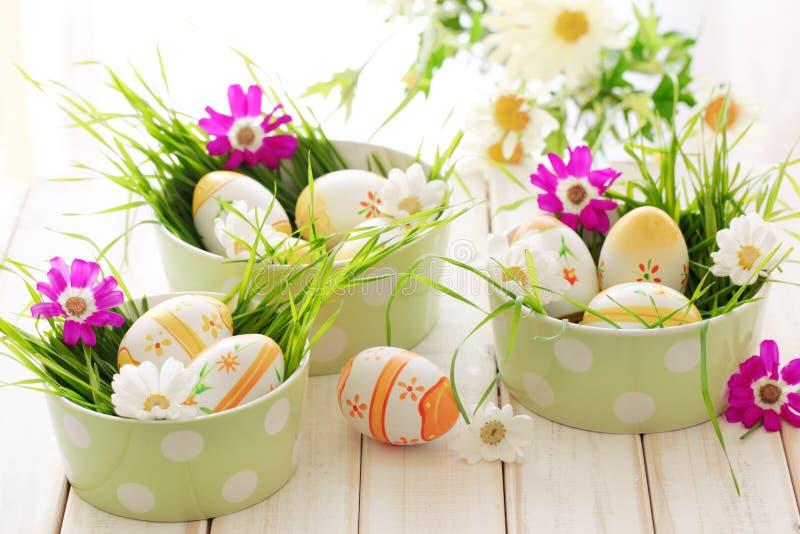 Ovos de Easter com flores da mola fotos de stock royalty free