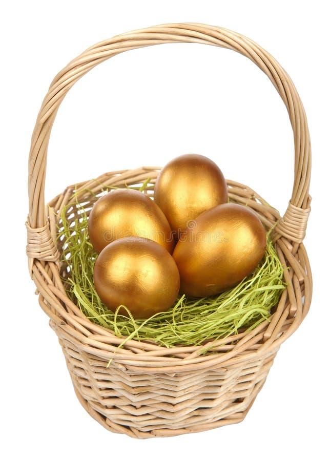 Ovos de easter dourados na cesta isolada fotos de stock royalty free