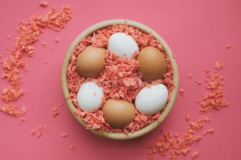 Ovos de Easter em uma bacia de madeira imagem de stock