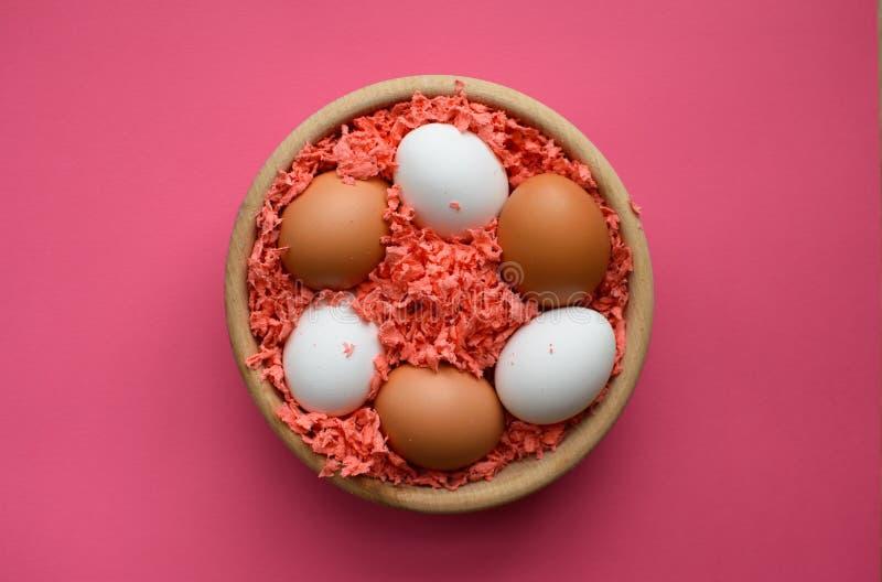 Ovos de Easter em uma bacia de madeira imagens de stock