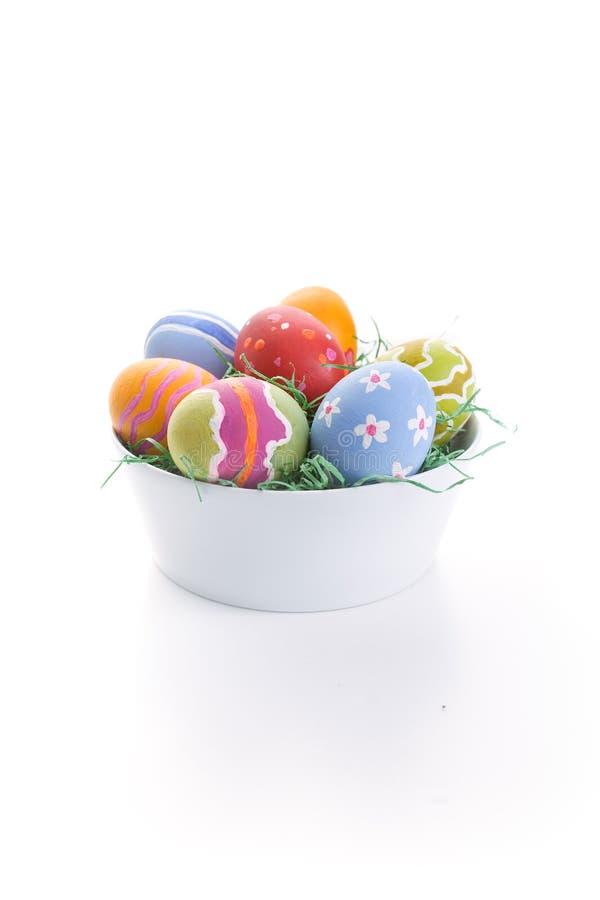 Ovos de Easter na bacia branca fotografia de stock