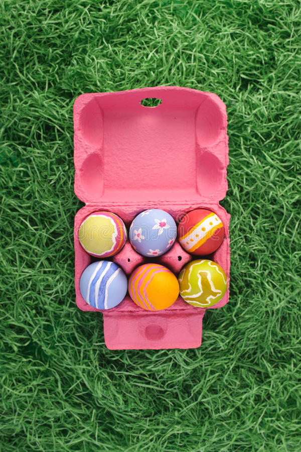 Ovos de Easter na caixa cor-de-rosa foto de stock royalty free