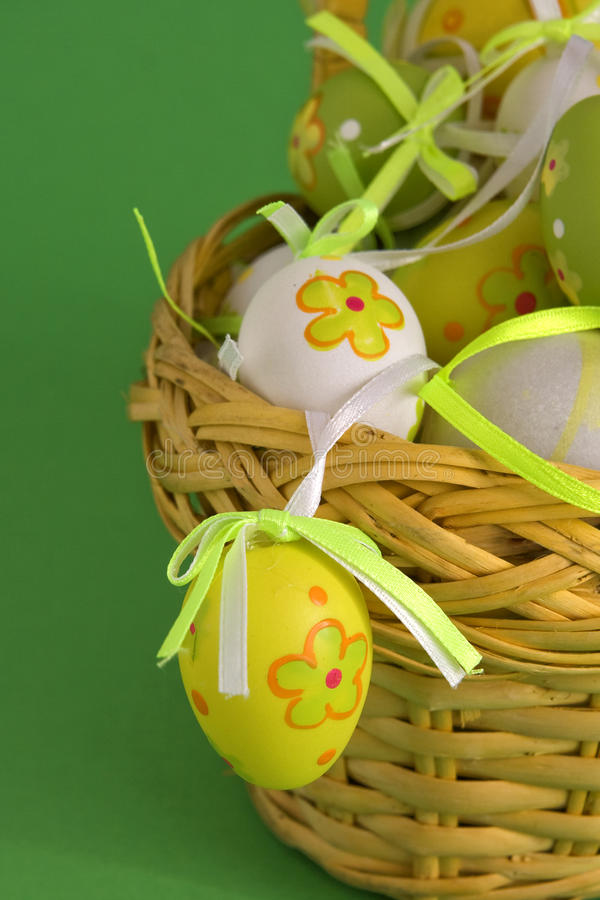 Ovos de Easter na cesta imagens de stock