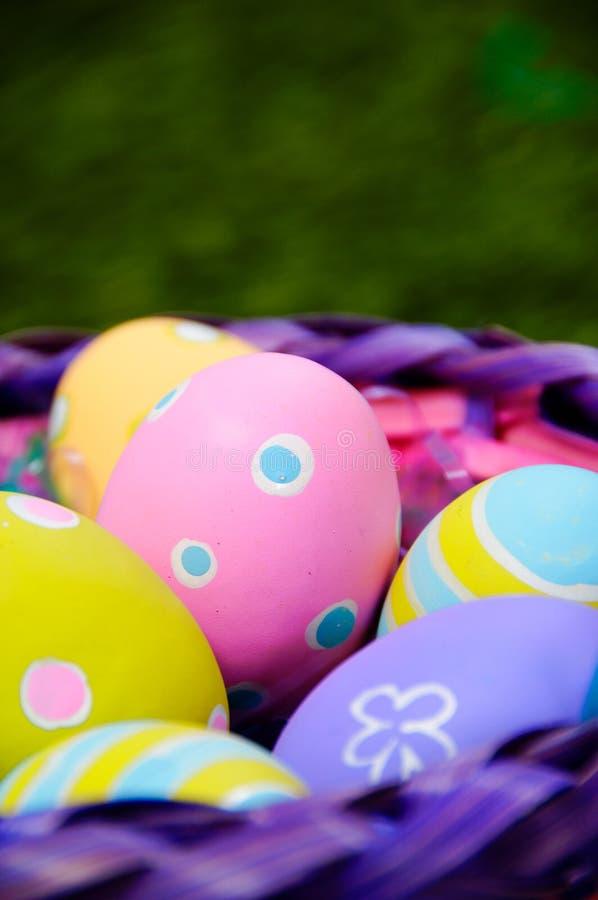 Ovos de Easter na cesta imagens de stock royalty free