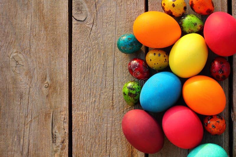 Ovos de Easter na tabela de madeira