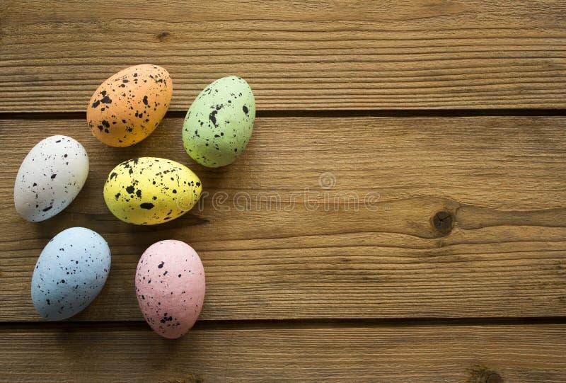 Ovos de Easter na tabela de madeira imagem de stock royalty free