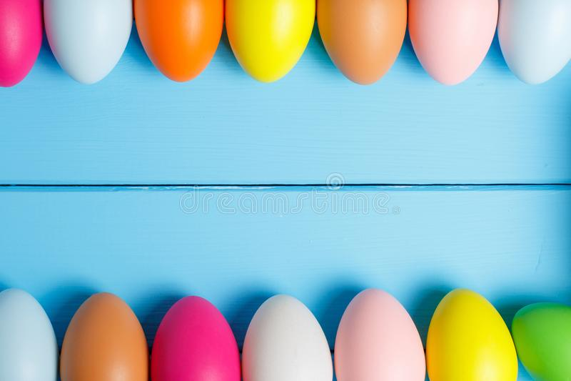 Ovos de Easter no fundo azul Copyspace Ainda foto da vida Fundo com ovos de Easter fotografia de stock
