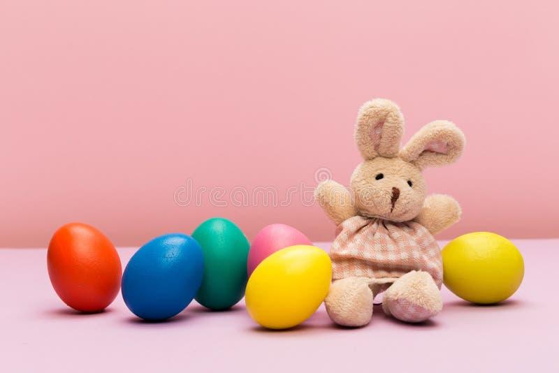 Ovos de Easter no fundo da cor fotografia de stock