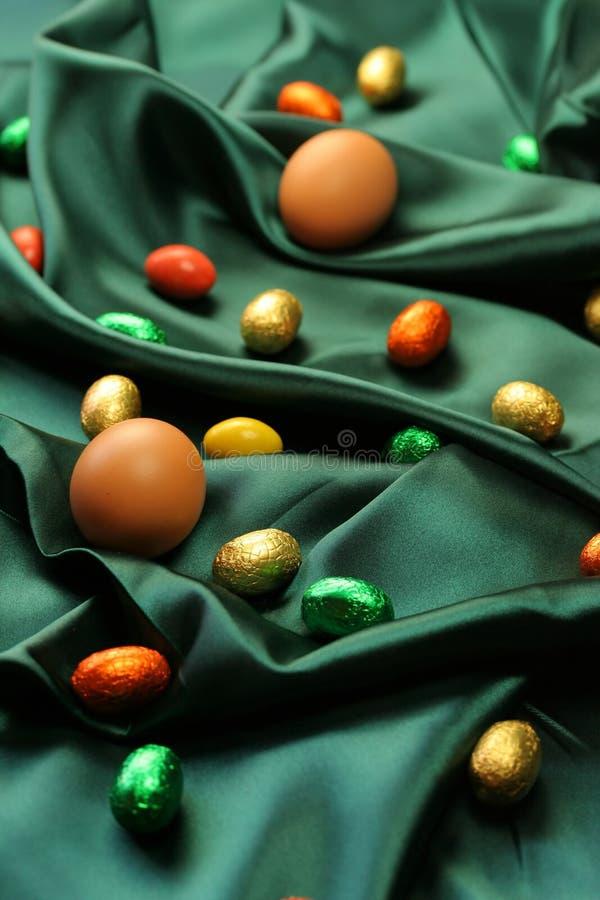 Ovos de Easter no fundo verde fotografia de stock royalty free