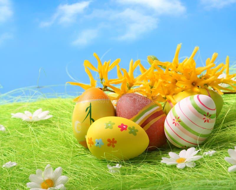 Ovos de Easter que sentam-se no campo de grama imagem de stock