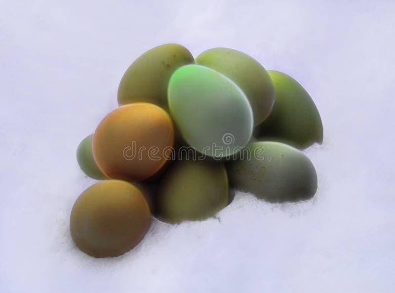 Ovos de Egger da Páscoa na neve imagens de stock royalty free