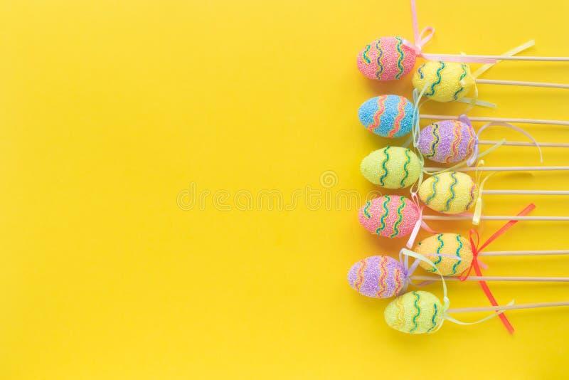 Ovos decorativos coloridos no fundo amarelo Feriado religioso crist?o Easter feliz Spase livre Vista superior imagem de stock