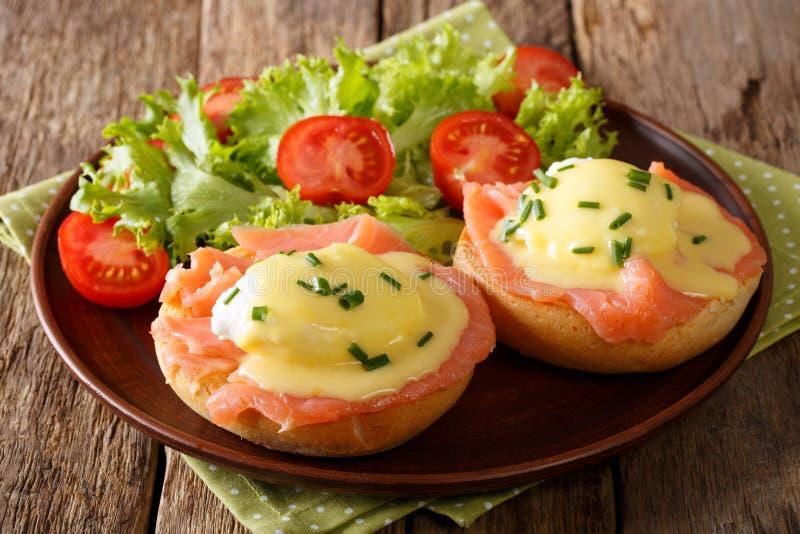 Ovos deliciosos Benedict com salmão fumado, molho do hollandaise fotografia de stock