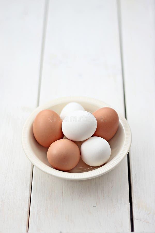 Ovos dentro com bacia fotos de stock royalty free