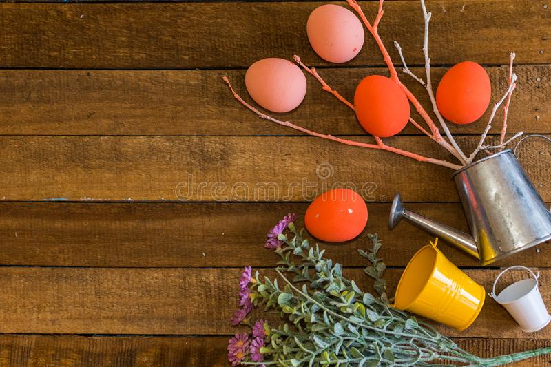 Ovos dispersados no fundo de madeira Cartão de easter feliz fotos de stock royalty free