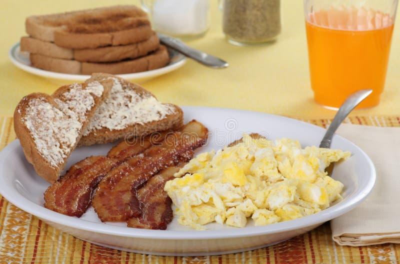 Ovos do bacon e pequeno almoço do brinde imagens de stock
