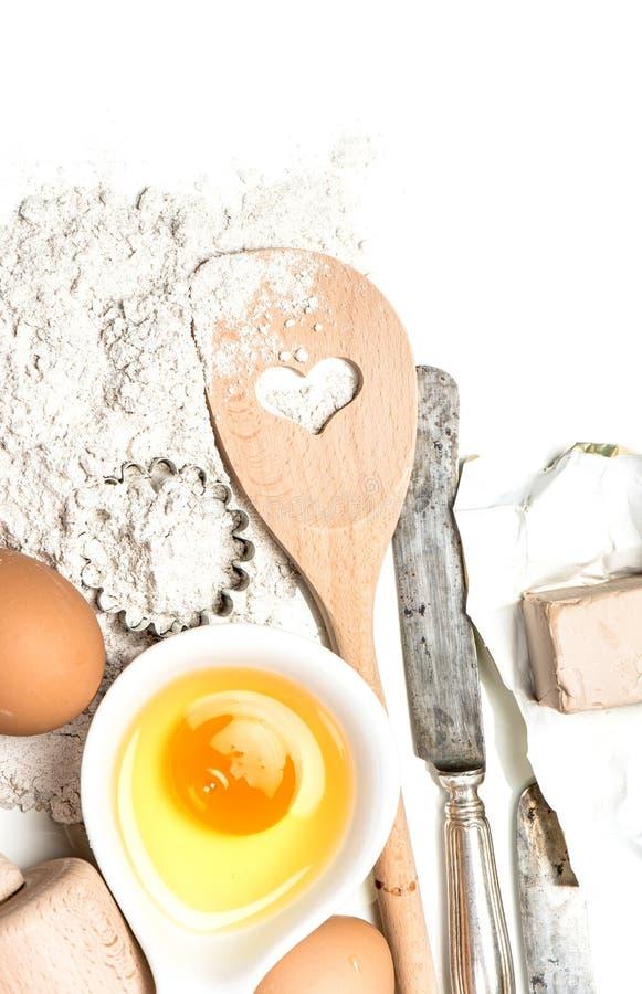 Ovos dos ingredientes de alimento, farinha, ferramentas da cozinha do fermento imagem de stock royalty free