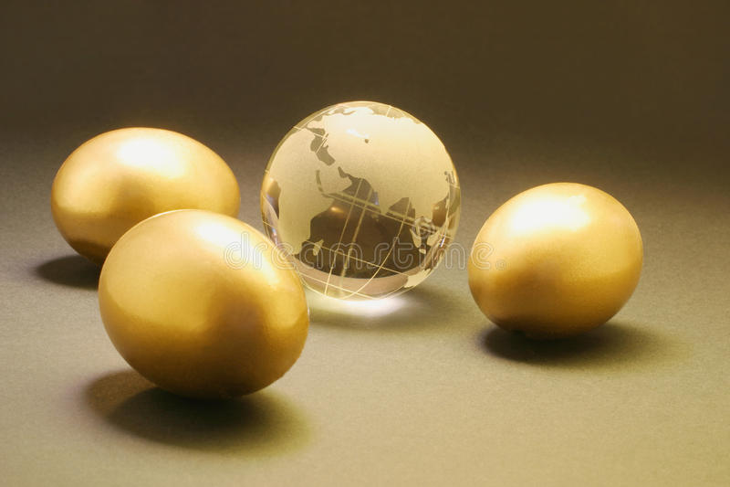 Ovos dourados e globo de cristal foto de stock