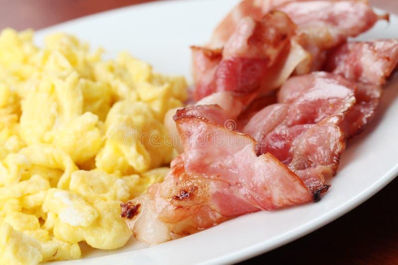 Ovos e bacon Scrambled imagens de stock royalty free