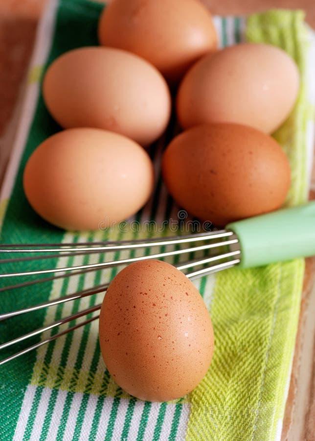 Ovos e batedor de ovos imagens de stock royalty free