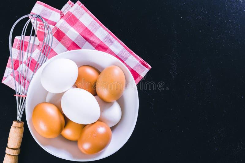 Ovos e batedor de ovos fotos de stock
