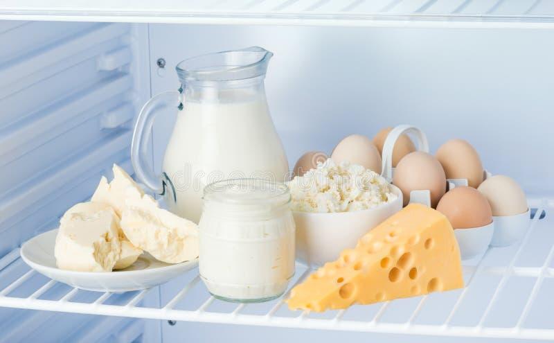 Ovos e produtos láteos saborosos: creme de leite, requeijão, leite, imagem de stock