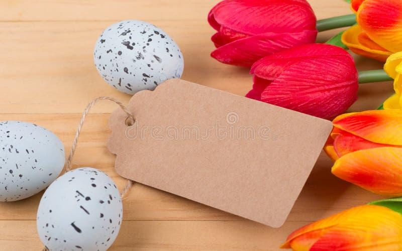 Ovos e tulipas salpicados fotos de stock royalty free
