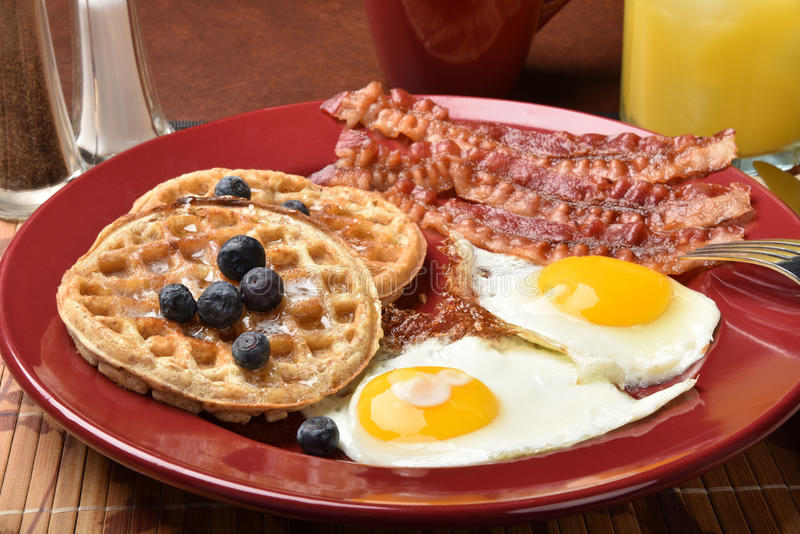 Ovos e waffles do bacon fotografia de stock royalty free