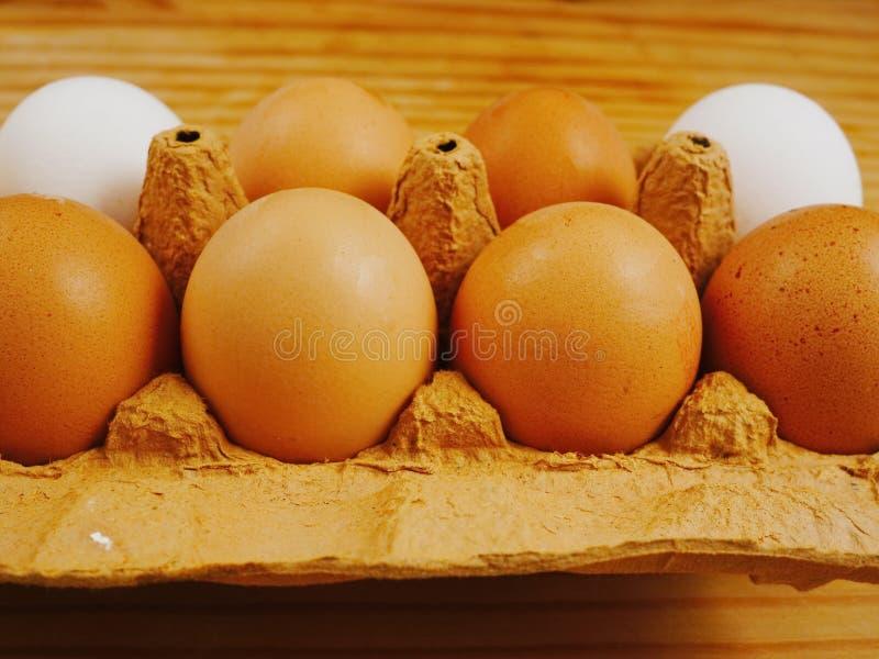 Ovos em uma superfície de madeira imagem de stock royalty free