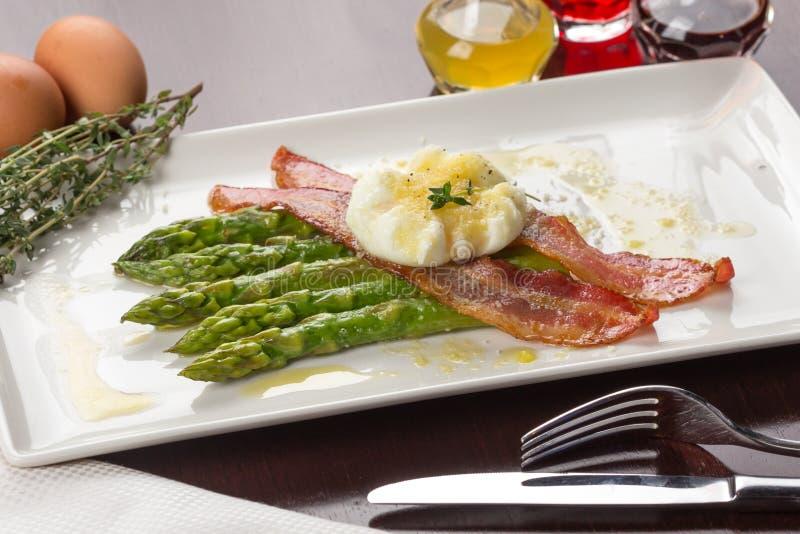 Ovos escalfados com bacon foto de stock royalty free