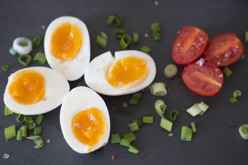 Ovos fervidos com vegetais foto de stock royalty free