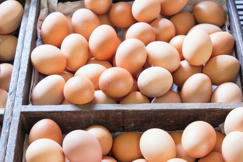 Ovos frescos da galinha da exploração agrícola em umas caixas de madeira fotografia de stock royalty free