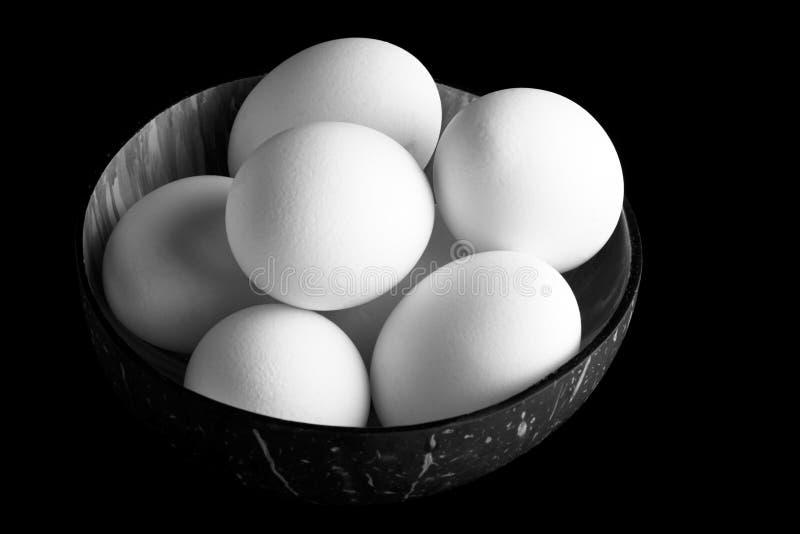 Ovos frescos da galinha em uma bacia vietnamiana do coco imagens de stock
