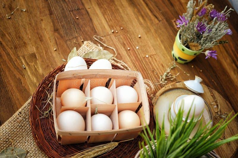 Ovos frescos em um fundo r?stico de madeira imagem de stock royalty free