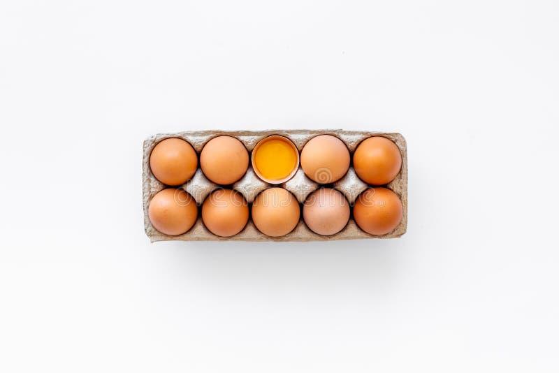 Ovos frescos para o alimento biológico na opinião superior do fundo branco ilustração royalty free