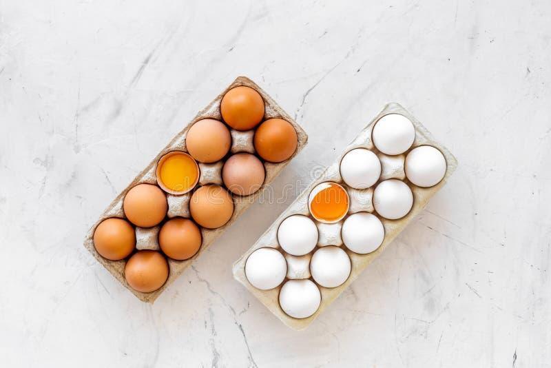 Ovos frescos para o alimento biológico na opinião superior do fundo de mármore imagens de stock royalty free