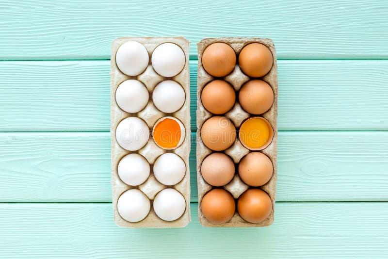Ovos frescos para o alimento biológico na opinião superior do fundo de madeira do verde da hortelã foto de stock