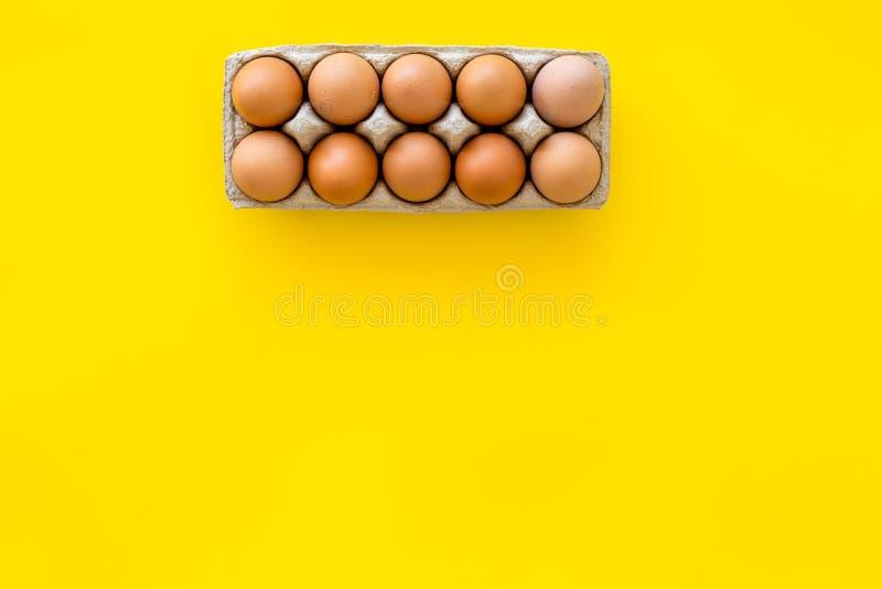 Ovos frescos para o alimento biológico no modelo amarelo da opinião superior do fundo fotos de stock royalty free