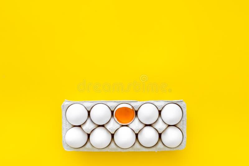 Ovos frescos para o alimento biológico no modelo amarelo da opinião superior do fundo fotografia de stock