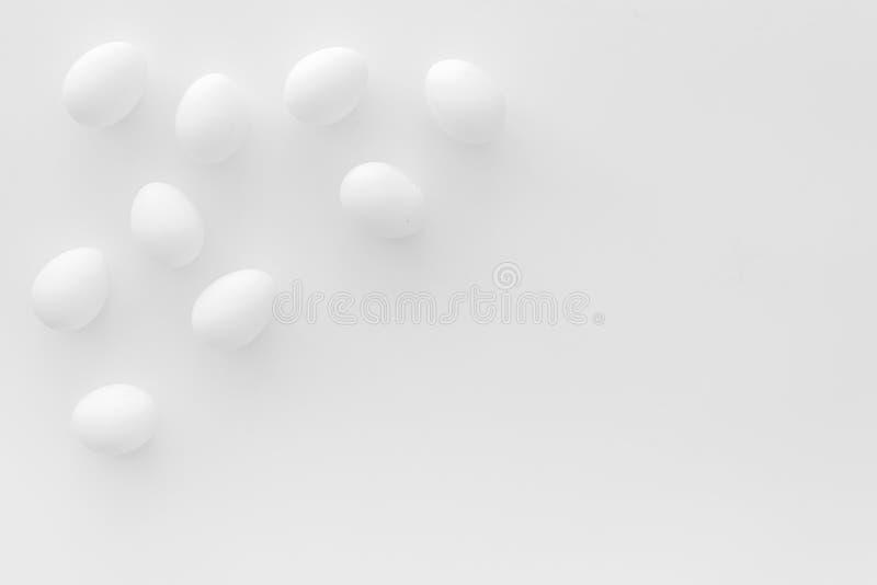 Ovos frescos para o alimento biológico no modelo branco da opinião superior do fundo fotografia de stock royalty free