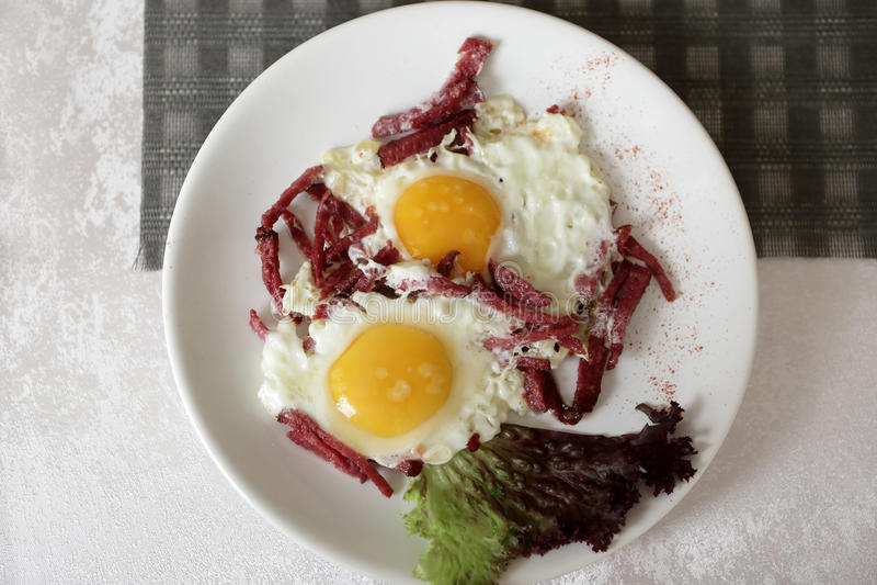 Ovos fritados com salsichas fotografia de stock royalty free