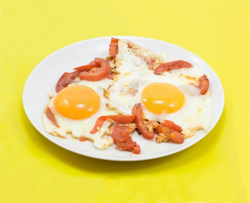 Ovos fritados com tomates imagem de stock royalty free