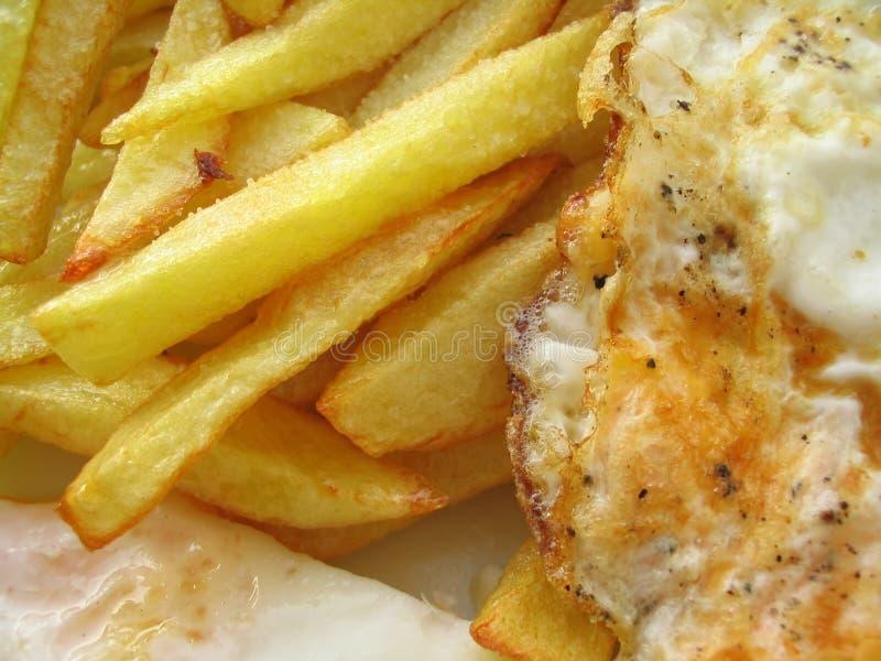 Ovos fritados deliciosos com microplaquetas fotos de stock royalty free