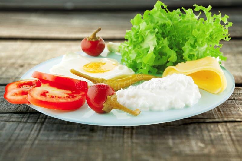 Ovos fritados e queijo macio imagem de stock royalty free