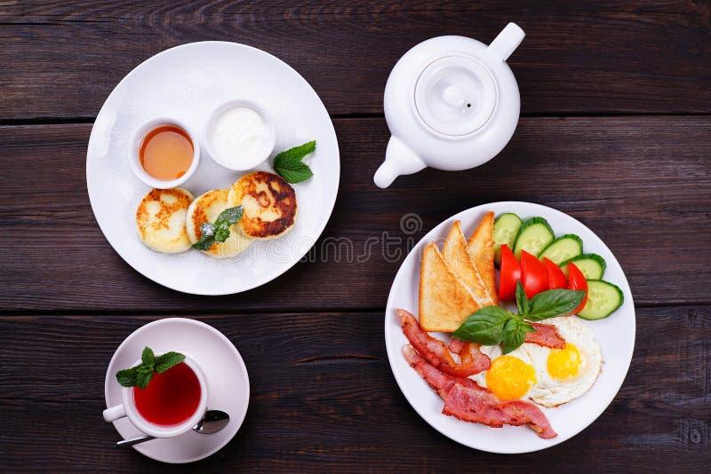 Ovos fritos com bacon, café da manhã das panquecas do queijo foto de stock royalty free